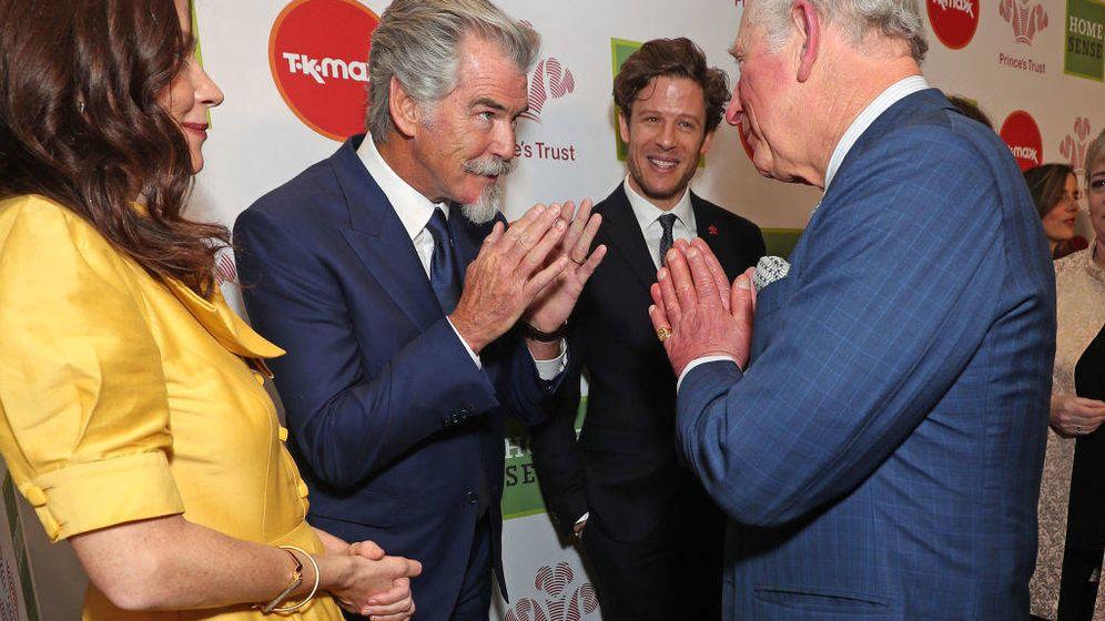 Foto: Pierce Brosnan hablando con el príncipe Carlos días antes de que este último fuera diagnosticado con coronavirus. (Getty)
