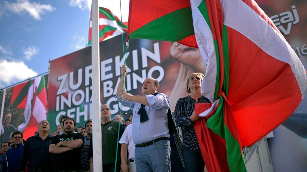 Foto: El presidente del PNV, Andoni Ortuzar, izando la ikurriña. (Reuters)