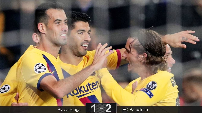 Foto: Luis Suarez celebra su 'no gol' con sus compañeros en Praga. (EFE)