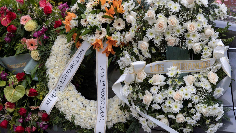 Coronas de flores enviadas por Los Morancos y Alejandro Sanz. (EFE)