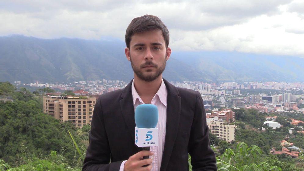 Foto: Aitor Sáez, periodista español, durante una retransmisión desde Venezuela.