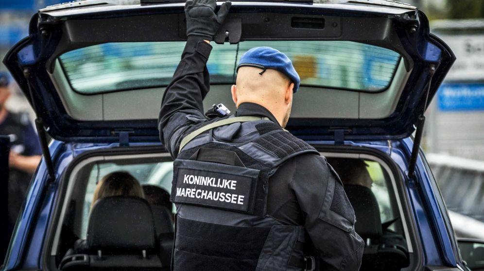 Foto: Un agente de policía holandés registra un vehículo en Amsterdam. (EFE)