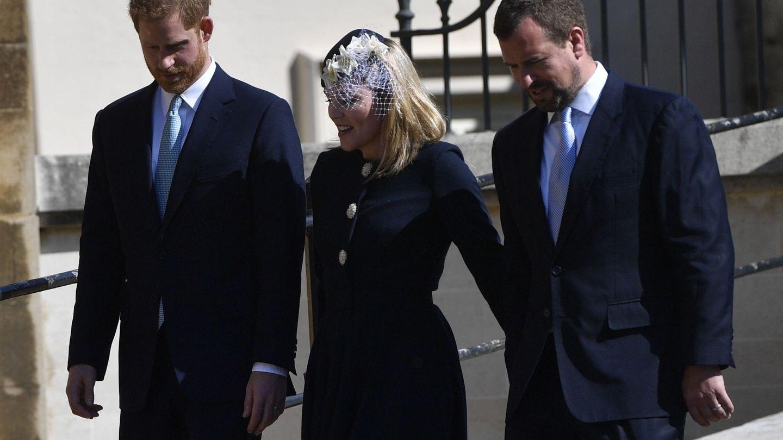 La pareja, junto al príncipe Harry. (Reuters)
