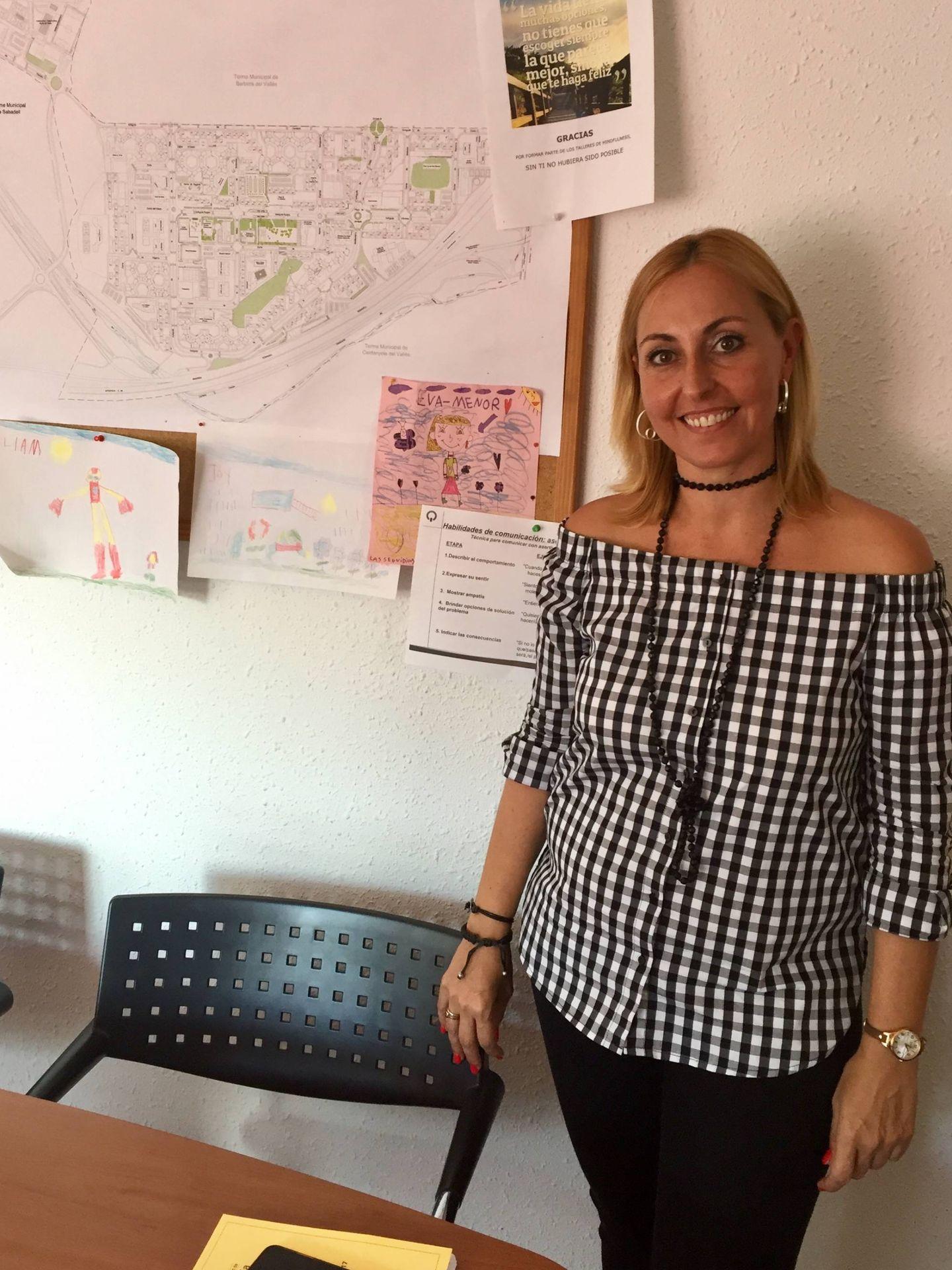 Eva Menor, alcaldesa de Badia, del PSC, este 29 de septiembre, con el mapa de la localidad a su derecha. (J. R.)