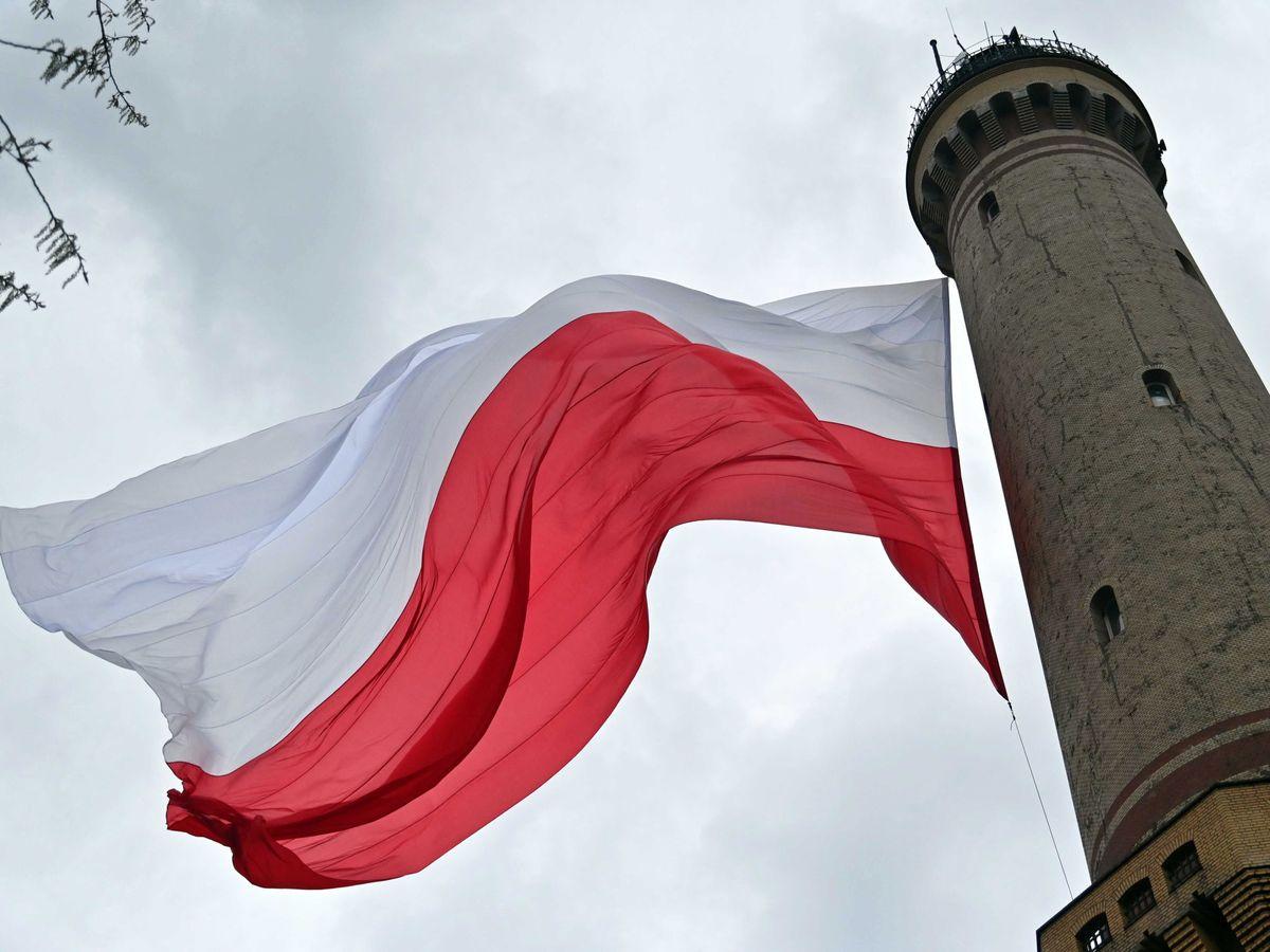 Foto: Una bandera polaca en Swinoujscie (Polonia). (EFE)