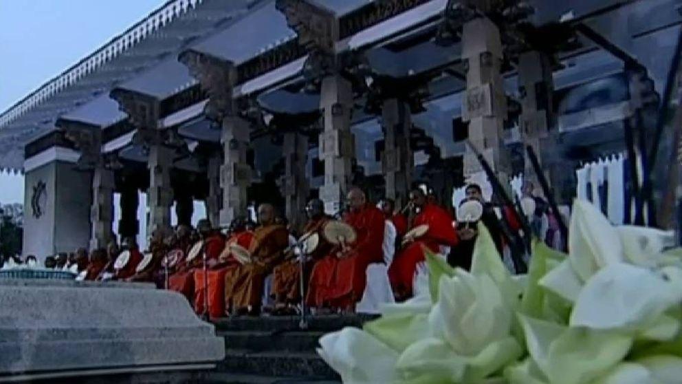 Medio millar de monjes budistas canta mantras para combatir la crisis del coronavirus