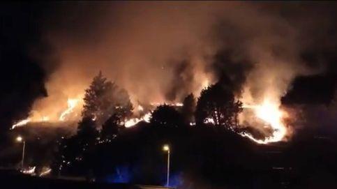 Un aparatoso incendio en el cerro del Castillo de Burgos alarma a los vecinos