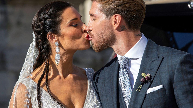 Pilar Rubio y Sergio Ramos se besan tras casarse. (EFE)