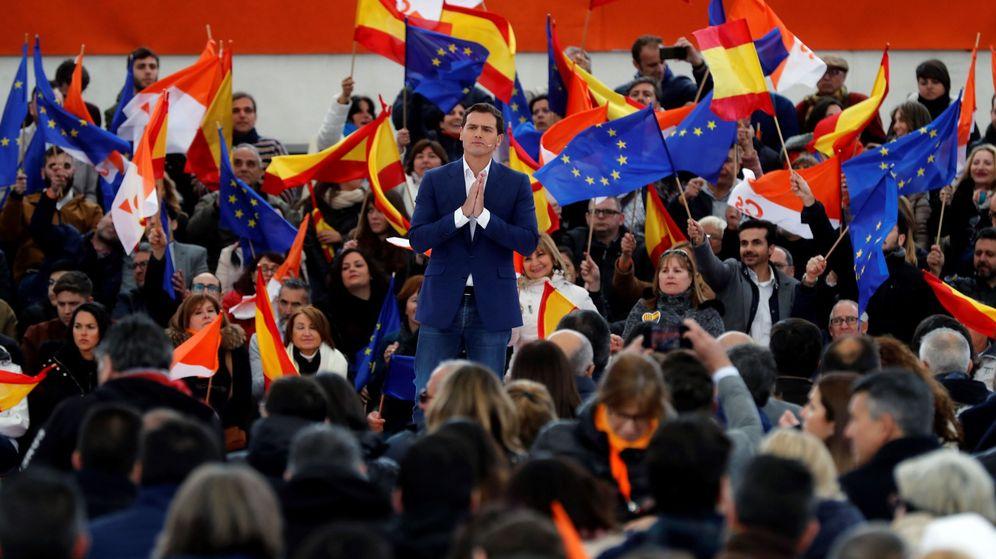 Foto: El presidente de Ciudadanos, Albert Rivera, durante su intervención en un acto político celebrado este domingo en la localidad madrileña de Las Rozas. (EFE)