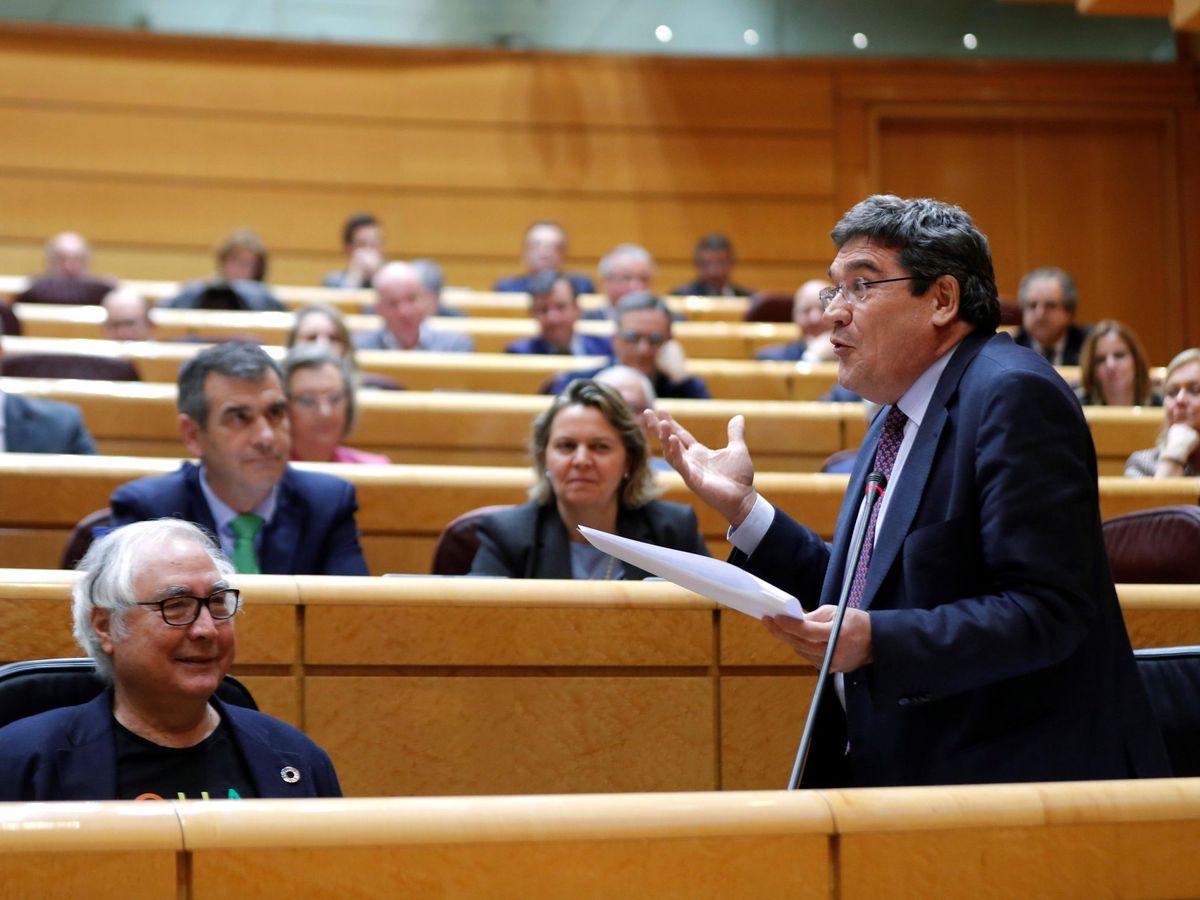 Foto: El ministro de Seguridad Social, José Luis Escrivá (d). (EFE)