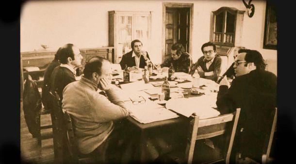 Foto: Reunión de la ponencia constitucional en el parador de Gredos. De i a d: Fraga, Roca, Solé Tura (tapado), los letrados Serrano Alberca y Rubio Llorente, Herrero de Miñón, Cisneros y Peces-Barba. (Archivo Serrano Alberca)