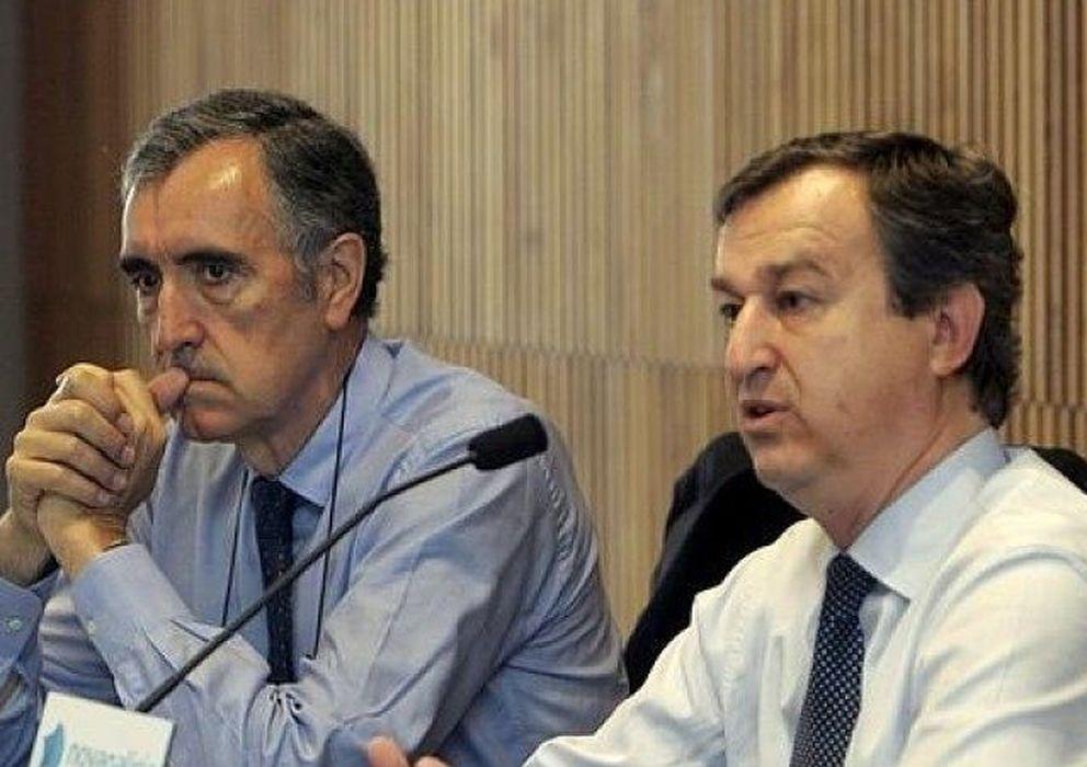 Foto: El presidente de NCG Banco, José María Castellano, y el consejero delegado de Novagalicia Banco, César González Bueno. (EFE)