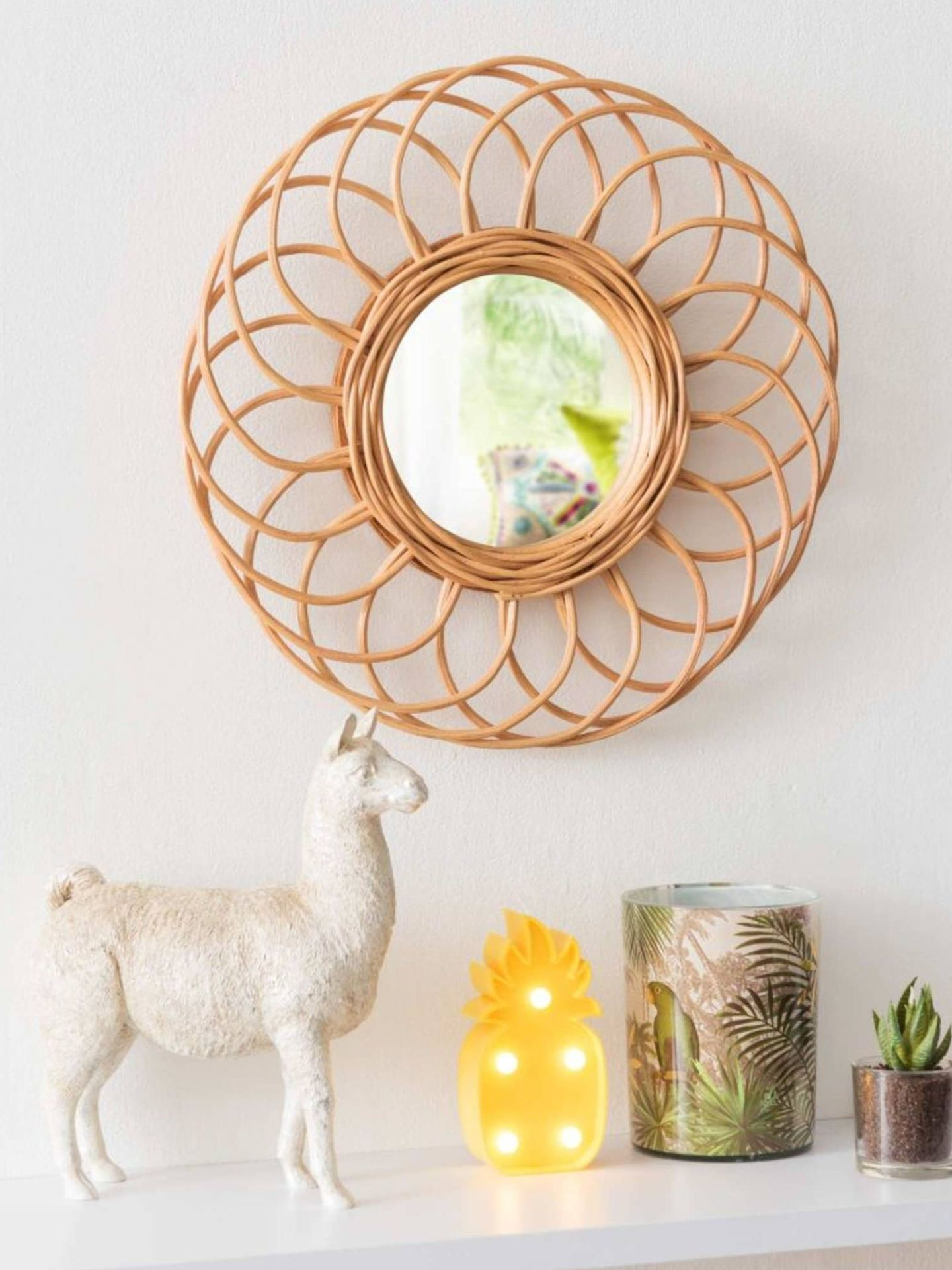 Apuesta por los espejos redondos de fibras naturales como este de Maisons du Monde. (Cortesía)