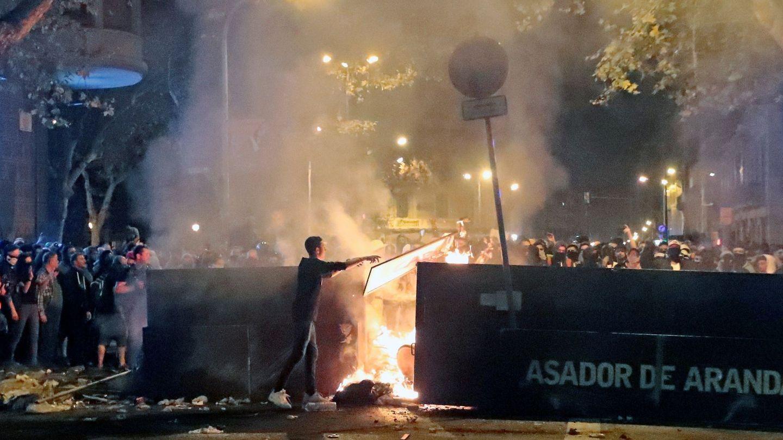 Radicales por las calles de Barcelona. (EFE)