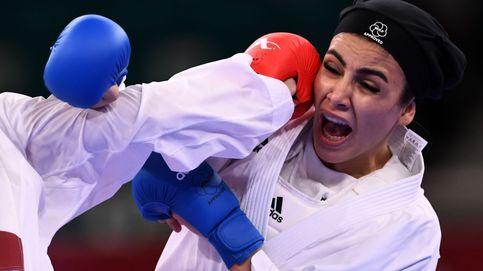 La obligación del hiyab en los JJOO: una karateka iraní para el combate para colocárselo