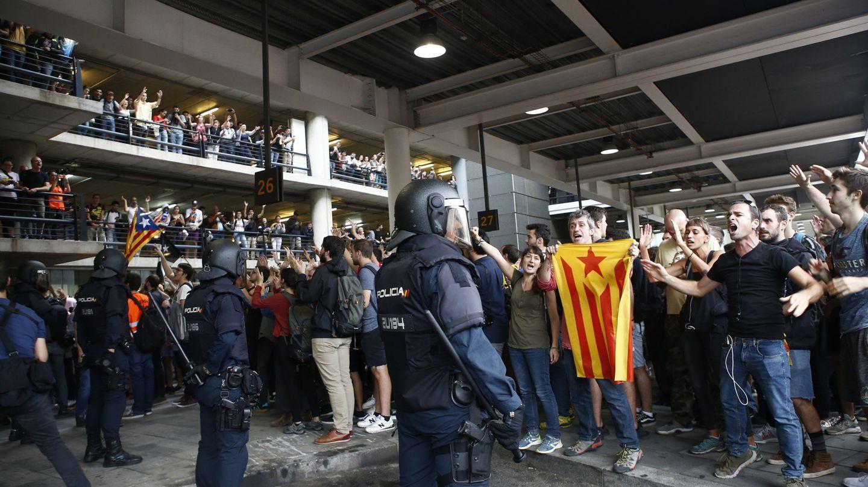 Protestas en el Aeropuerto de El Prat, este lunes. (EFE)