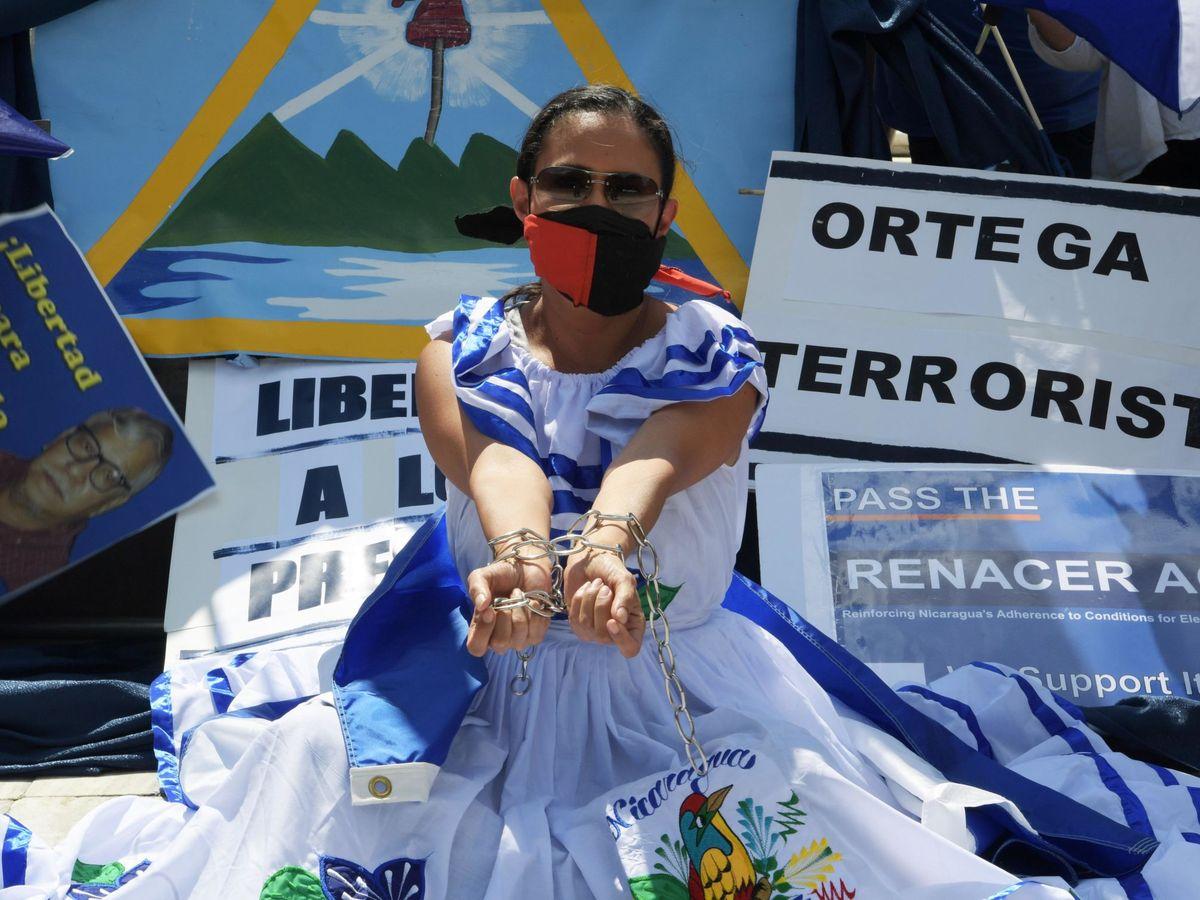 Foto: La activista Carolina Sédiles, de la Coalición por la Libertad de Nicaragua, realiza un plantón frente a la sede de la Organización de Estados Americanos (OEA), hoy, en Washington. (EFE)