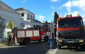 Arden una semana después las oficinas del hotel quemado en Sierra Nevada