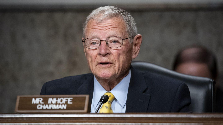 Jim Inhofe, el senador de EEUU que metió una bola de nieve en febrero en el congreso para 'desmentir' el cambio climático. EFE