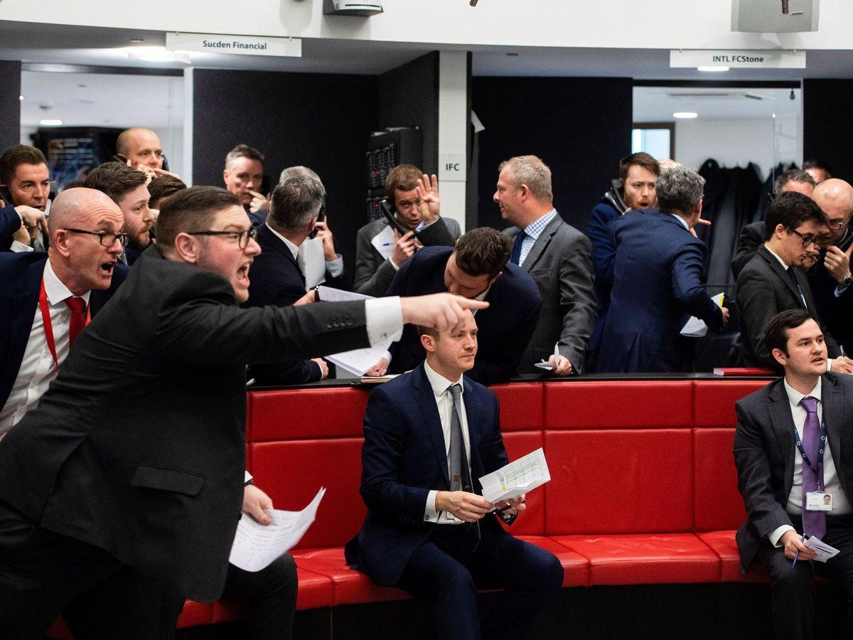 Foto: Corredores de bolsa en el parqué londinense. (EFE)