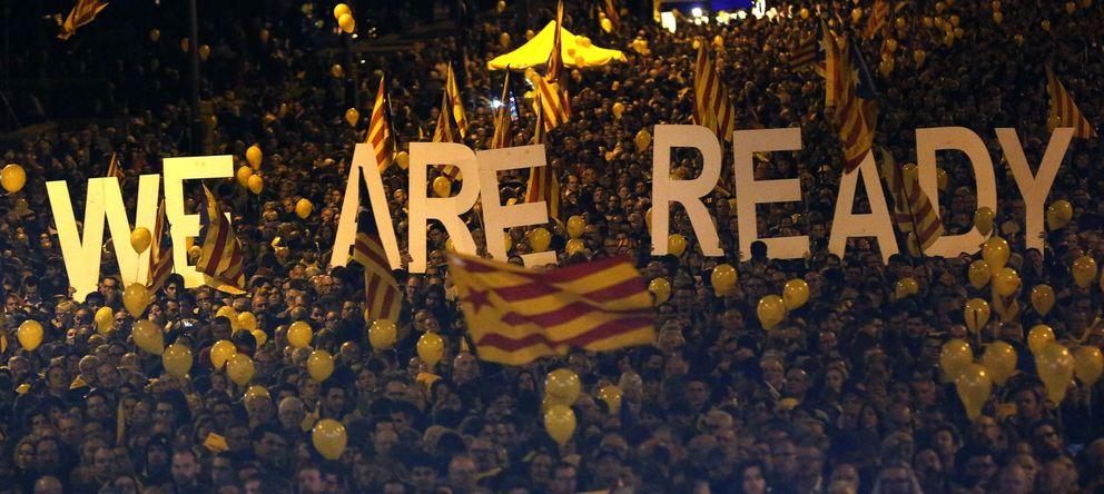 Foto: Partidarios de la independencia de Cataluña, anoche, en el acto final de ACN y Òmnium. (Reuters)