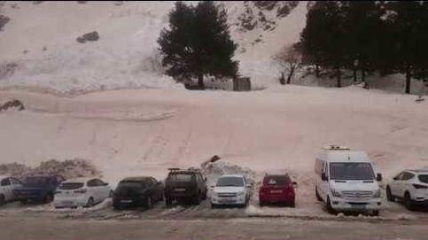 Así 'engulló' una avalancha varios coches en Rusia