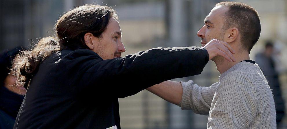 Foto: Pablo Iglesias abraza a Luis Alegre, durante el cierre de la campaña de Claro Que Podemos el pasado domingo. (EFE)