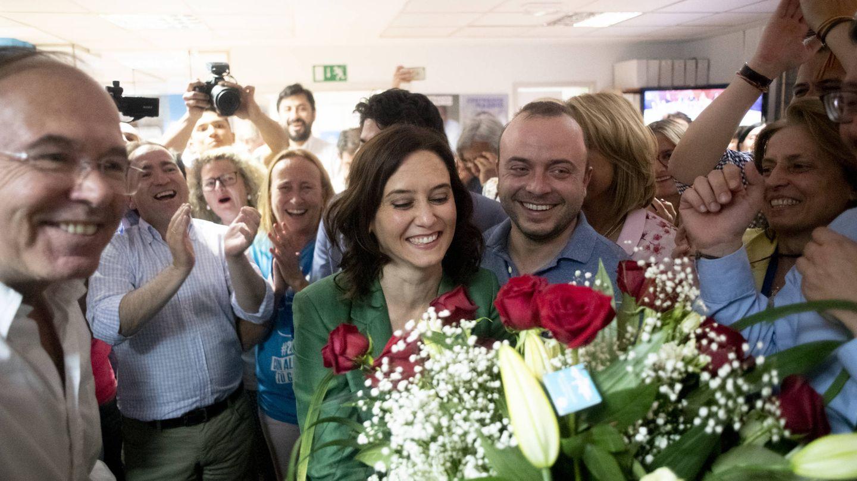 Carromero, en la sede de Génova, felicitando a Isabel Díaz Ayuso tras las últimas elecciones.
