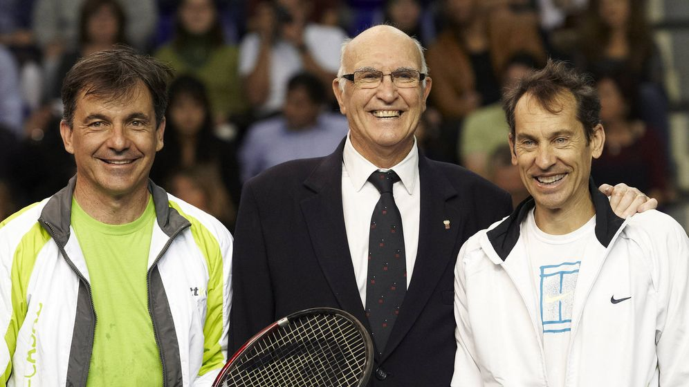 Foto: Andrés Gimeno (c), posa junto a Emilio Sánchez Vicario (i) y Jordi Arrese, en su homenaje en 2011 en Barcelona. (EFE)