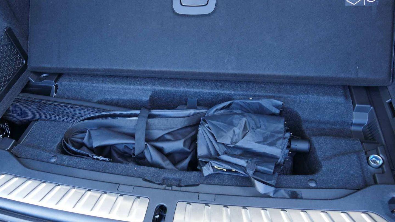 Bajo el maletero, en un hueco junto al portón, es el sitio ideal para llevar los cables de recarga.