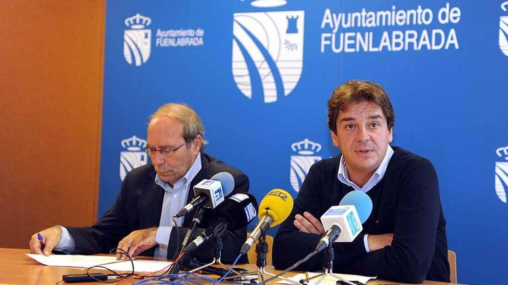 Foto: Javier Ayala (a la derecha), actual alcalde de Fuenlabrada, y su predecesor en el cargo, Manuel Robles.