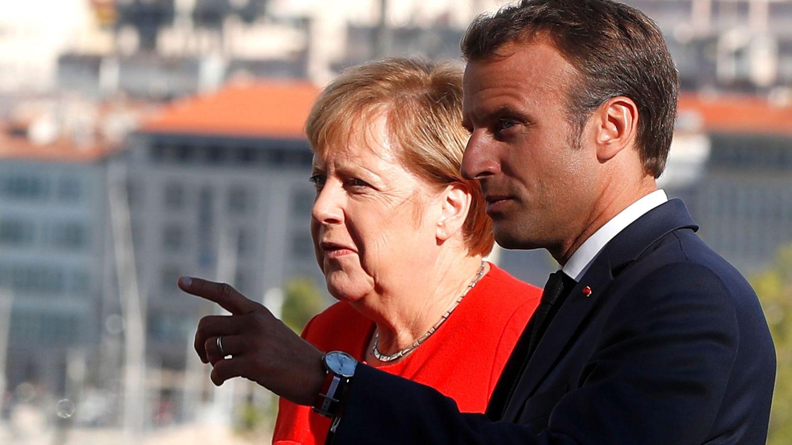 Foto: El presidente de Francia, Emmanuel Macron, recibe a la canciller alemana, Angela Merkel a su llegada al palacio Pharo en Marsella. (EFE)