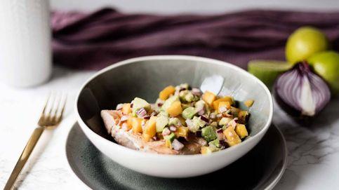Salmón a la parrilla con salsa de mango, una combinación dulce y salada de categoría