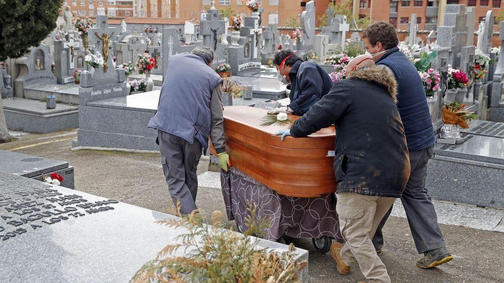 Foto: Un entierro de un fallecido por covid-19. (EFE)