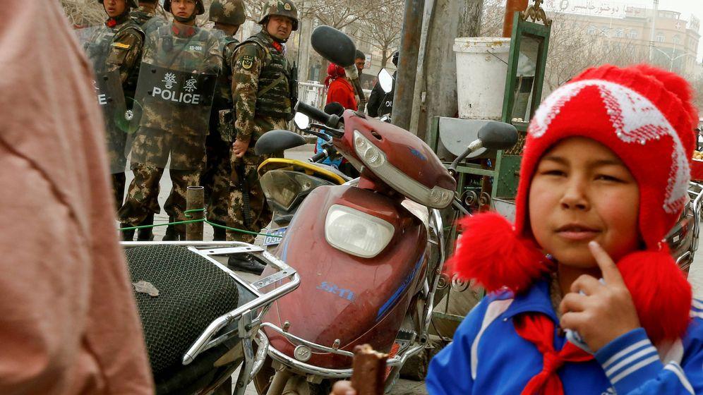 Foto: Un grupo de militares vigila una calle de Kashgar, la capital histórica de Xinjiang, en marzo de 2017. (Reuters)