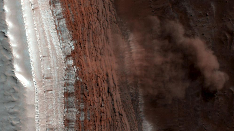 Foto: Imagen coloreada de la superficie de Marte cerca de su Polo Norte. (NASA / Reuters)