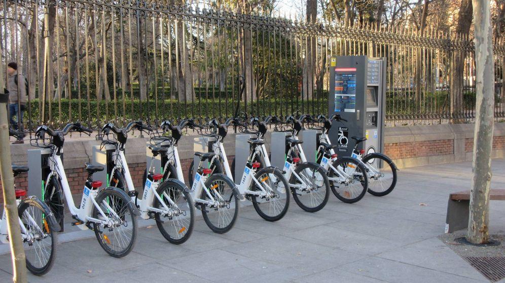 Foto: Vehículos del servicio BiciMadrid a las puertas de El Retiro. (Efe)