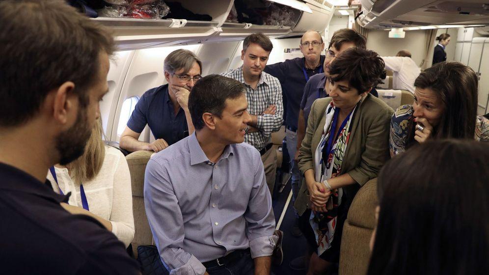 Foto: Pedro Sánchez, conversa con los miembros de su delegación en el interior del Airbus de la Fuerza Aérea Española a su llegada a la base aérea de Torrejón de Ardoz. (EFE)