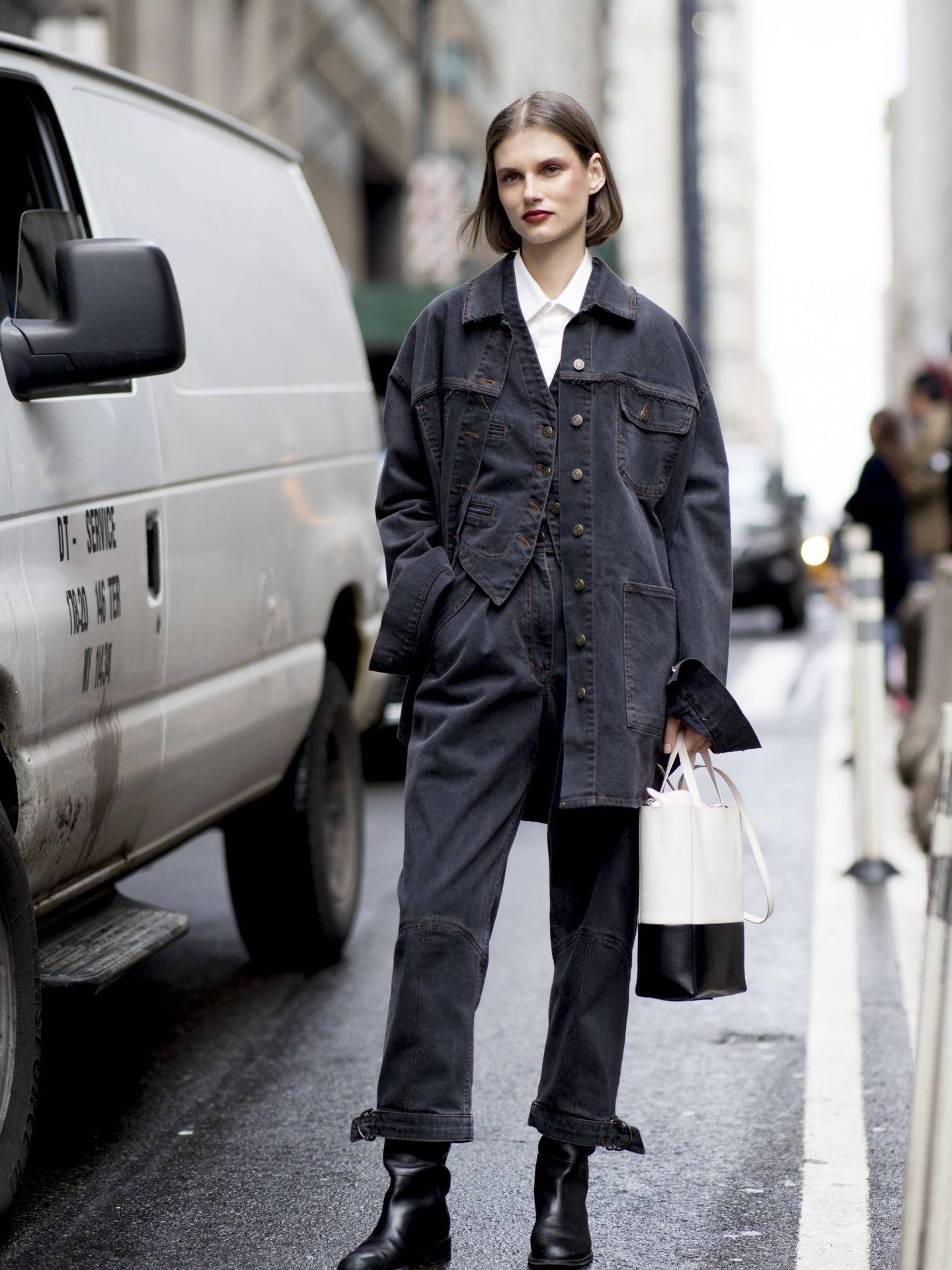 El look denim para ir al trabajo.  (Imaxtree)