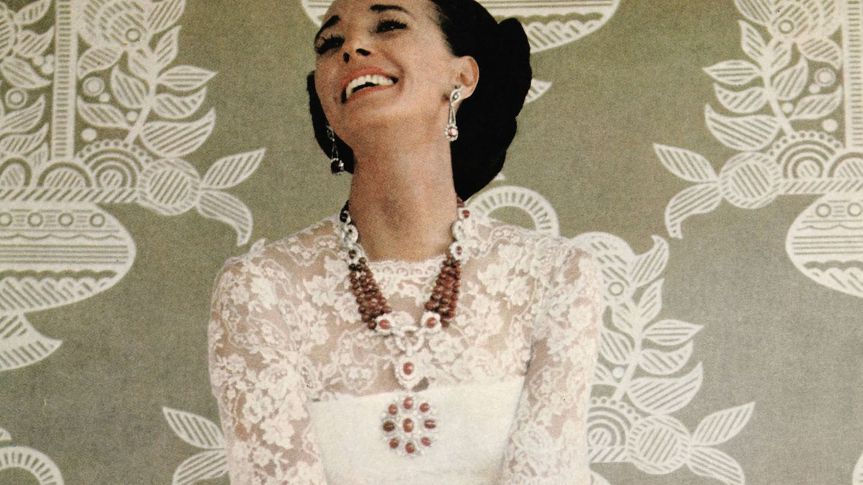 La condesa de Romanones posando con sus joyas en una imagen de los años 70