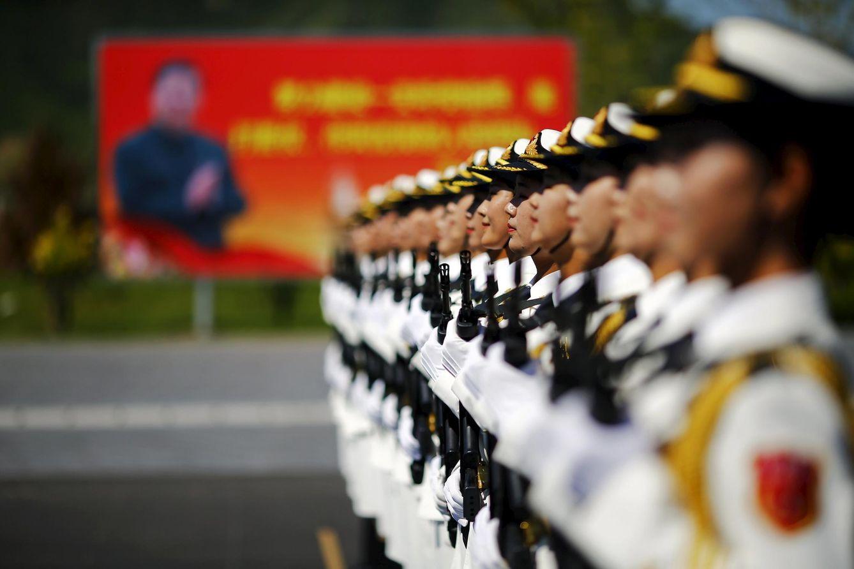 Foto: Una imagen del presidente chino Xi Jinping detrás de una línea de soldados chinos durante los ensayos para el desfile conmemorativo, en una base militar de Pekín, el 22 de agosto de 2015 (Reuters).