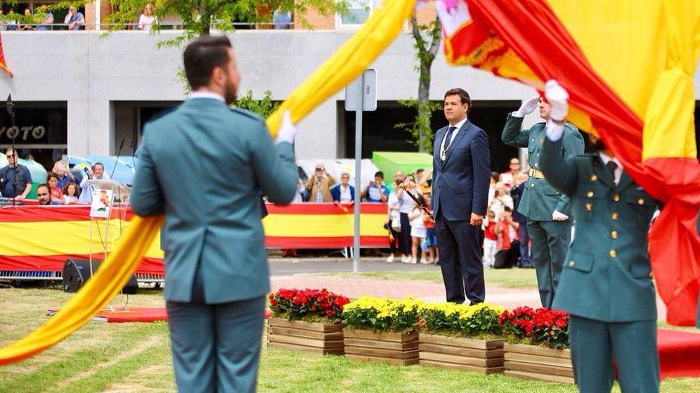 Foto: La colocación de la bandera de España en el municipio de Las Rozas.