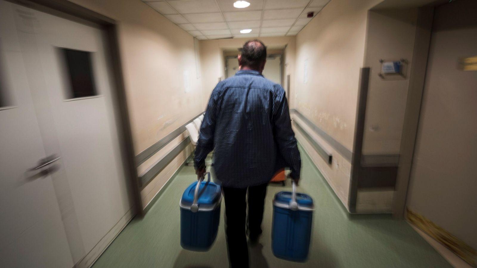 Foto: Imagen de archivo de un trabajador trasladando dos neveras con órganos para ser trasplantados. (EFE)