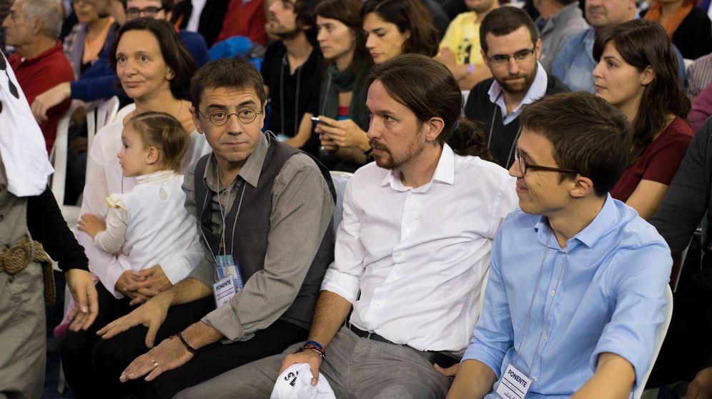 Foto: Carolina Bescansa, Juan Carlos Monedero, Pablo Iglesias e Íñigo Errejón, en el congreso fundacional de Vistalegre. (Daniel Muñoz)
