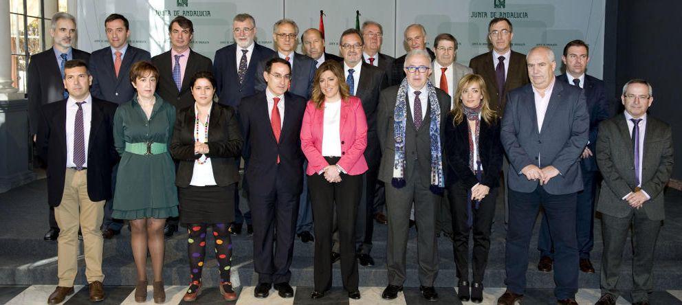 Foto: En el centro de la imagen, Susana Díaz. Detrás de ella, Luciano González (Efe)