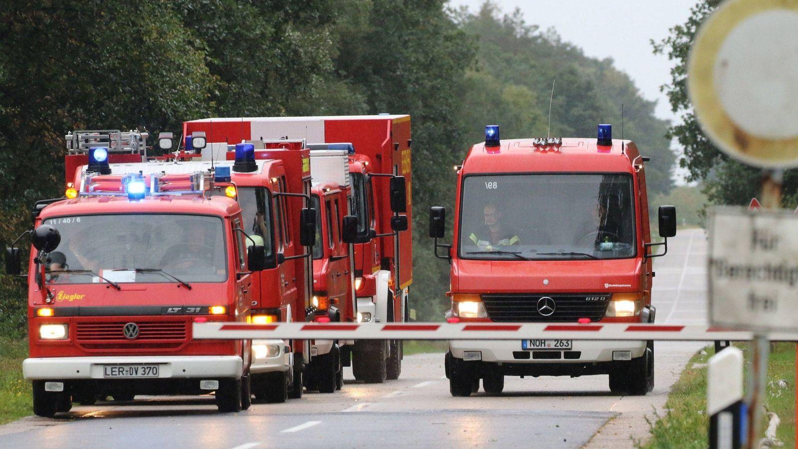 Foto: Varios camiones de bomberos circulan por la carretera - Archivo. (EFE)