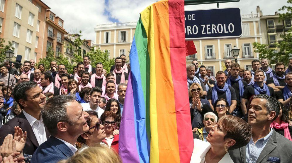Foto: El secretario general del PSOE, Pedro Sánchez (i), asiste al cambio de nombre de la plaza (Efe)