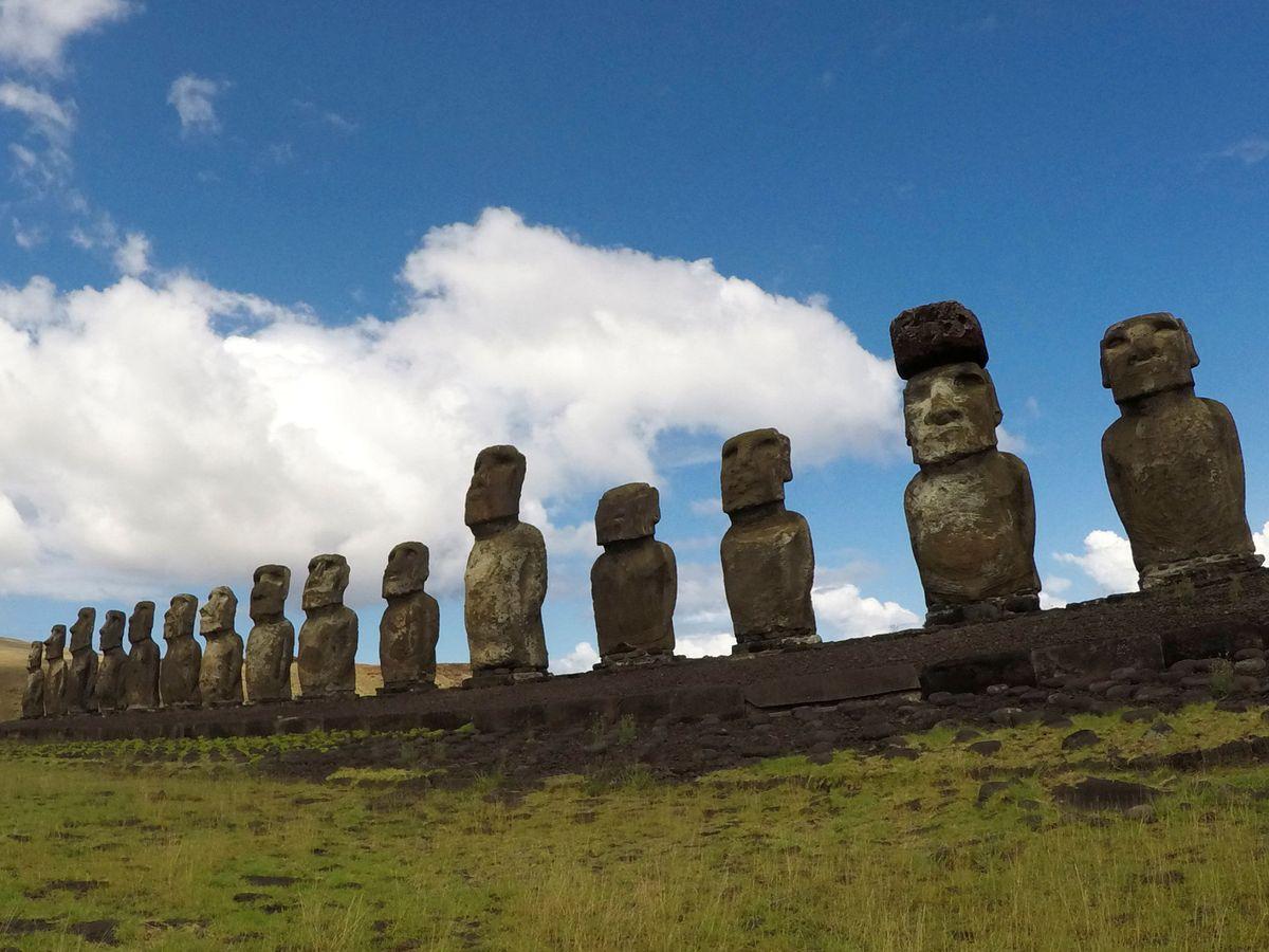 """Foto: Los """"Moai"""" son estatuas sagradas y atraen cada año a miles de turistas a la Isla de Pascua (Reuters/Jorge Vega)"""