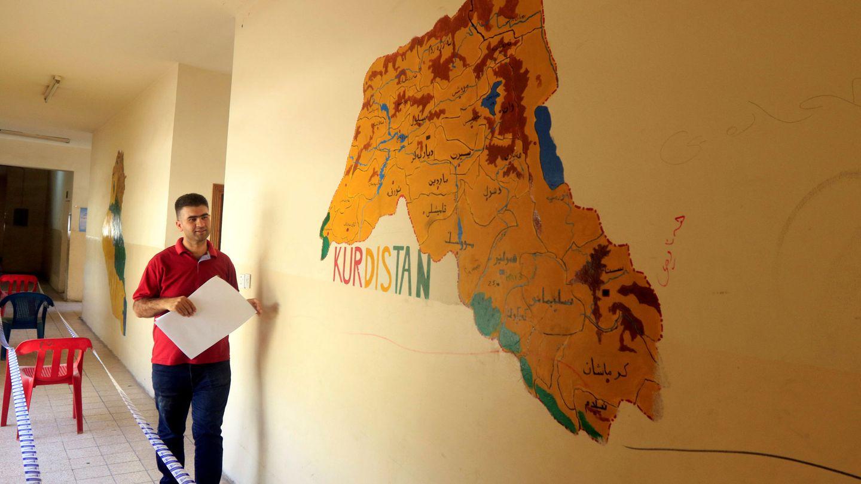 Un funcionario con material para el referéndum de este 25 de septiembre en el Kurdistán iraquí. (Reuters)