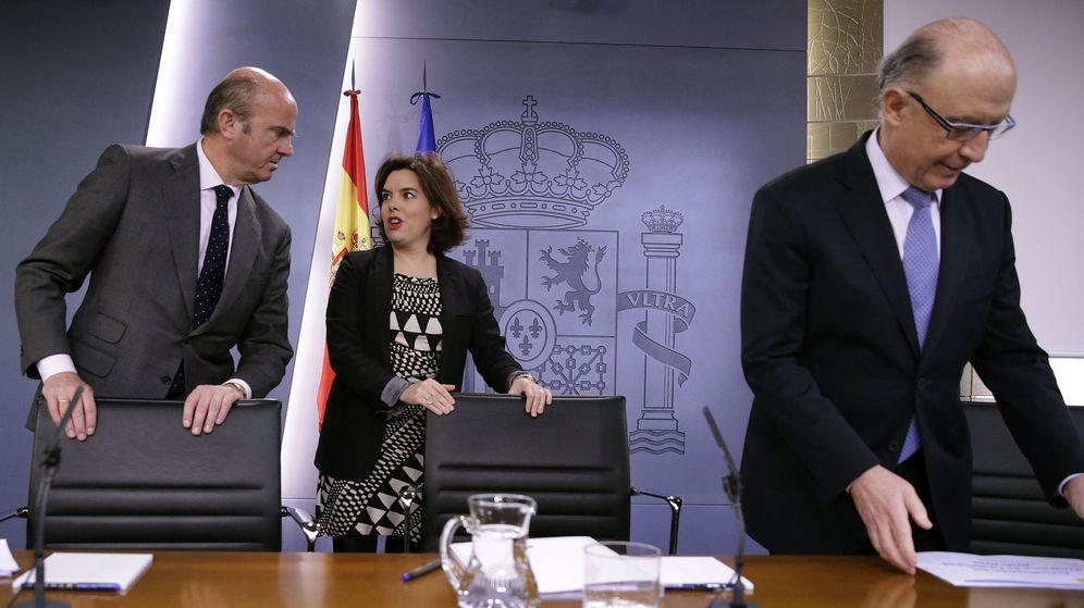 Foto: La vicepresidenta del Gobierno en funciones, Soraya Sáenz de Santamaría, acompañada por los ministros de Economía y de Hacienda, Luis de Guindos (i) y Cristóbal Montoro. (Foto: EFE)